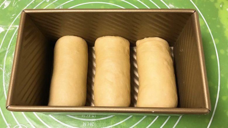 奶油吐司,依次放入吐司盒中,盖上保鲜膜。