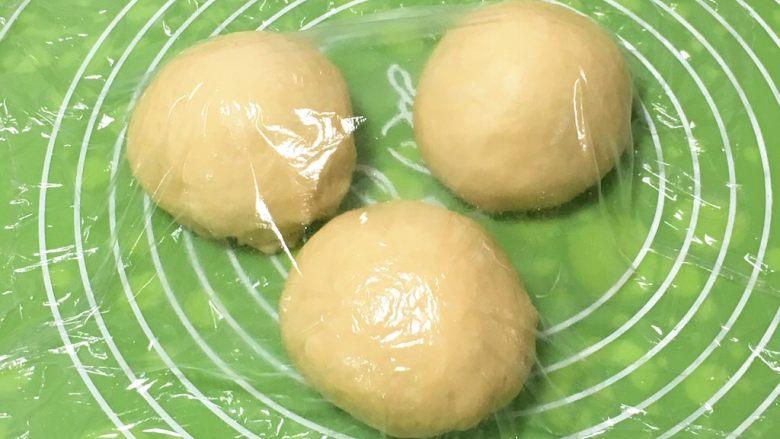 奶油吐司,分成三个剂子,盖上保鲜膜静置20分钟。