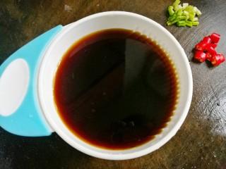 比肉还好吃的红烧萝卜,取一碗,加2勺生抽、1小勺老抽,1勺白糖、1碗水拌匀。
