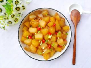 比肉还好吃的红烧萝卜,萝卜装盘,撒上蒜叶和辣椒就可以开吃啦。