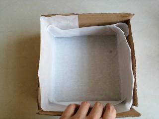 古早味蛋糕,准备一个18cm的方形烤盘,铺上油纸,在油纸和模具之间插上硬纸板