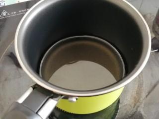 古早味蛋糕,用小火将玉米油加热1到2分钟