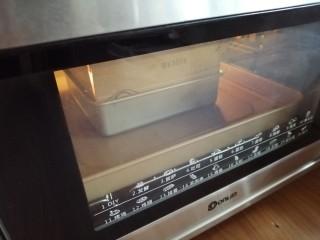 古早味蛋糕,将模具放在烤盘上,烤盘里加入热水,放入提前预热到上火140度,下火150度的烤箱,最下层烘烤60分钟左右,烘烤好的蛋糕取出在桌面上震两下,不用倒扣
