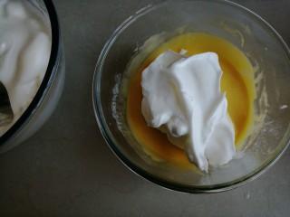 古早味蛋糕,取1/3打发好的蛋白霜到蛋黄糊里,从底部向上翻拌,并切拌均匀
