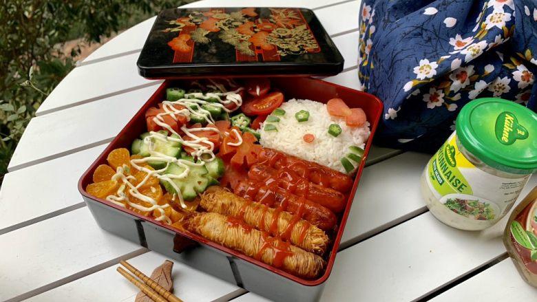 面线虾烤肠彩蔬便当盒,红绿相间、混素搭配适当,美味又健康。
