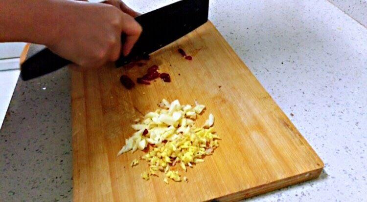 莲藕炒核桃,大蒜、生姜、葱、干辣椒切碎。