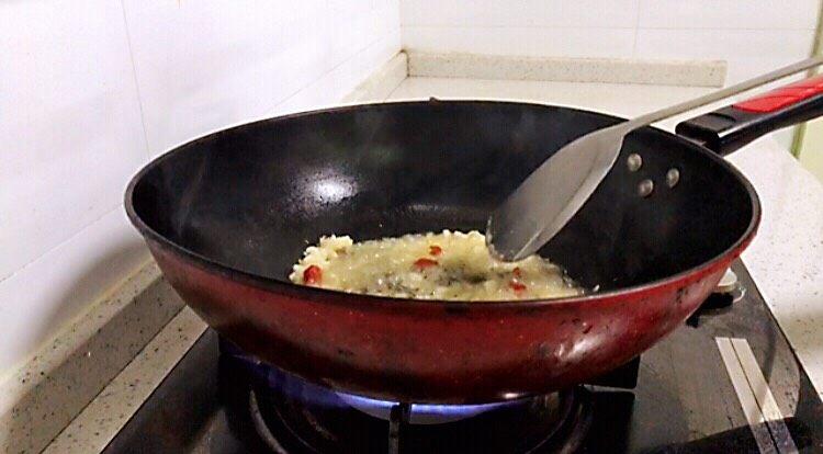 莲藕炒核桃,烧热后,加入大蒜、生姜、干辣椒爆炒出香味。