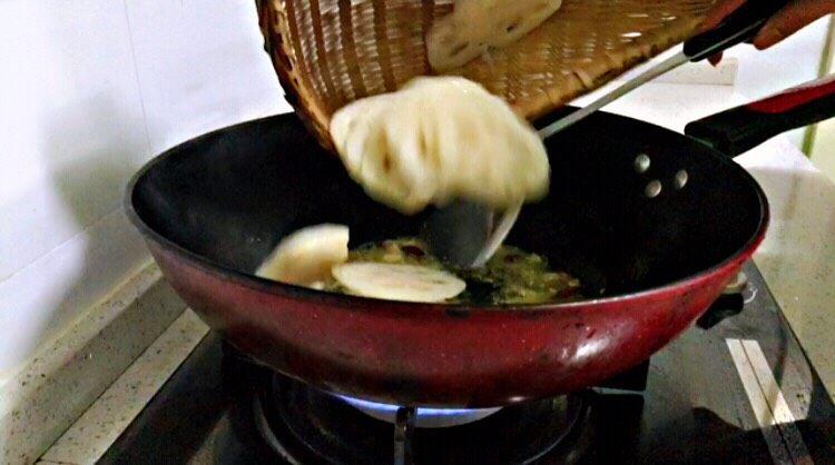 莲藕炒核桃,放入藕片翻炒几下。