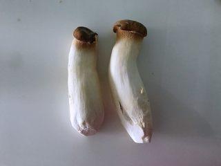 蚝油杏鲍菇,春节家宴必备,1.准备好两根杏鲍菇清洗干净。