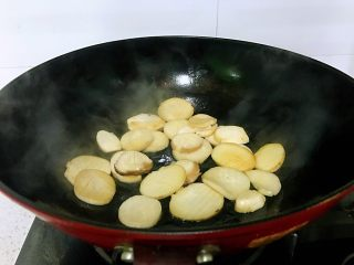蚝油杏鲍菇,春节家宴必备,这个过程很奇妙的,杏鲍菇由硬白变得软透。