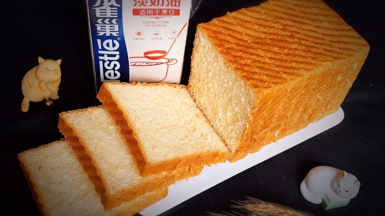 奶油吐司,用细齿刀切成片,香喷喷的奶油吐司人人爱。