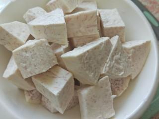 香芋豆豉蒸凤爪,芋头去皮切块