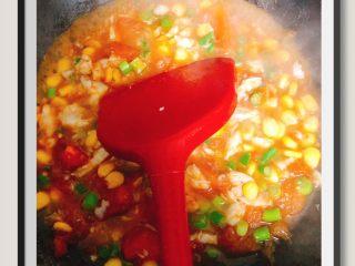 蒜苔玉米鱼香烩饭,先将番茄玉米入锅炒至番茄出汁后倒入蒜苔和鱼肉一起炒熟!时间不要太长,留点汤汁即可!调味料:宝宝酱油即可!