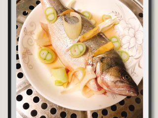 蒜苔玉米鱼香烩饭,把鱼用生姜,大葱料酒腌制去腥,鱼肚也放上少许生姜!开大火蒸8分钟后,关乎焖5分钟后去刺取鱼肉!