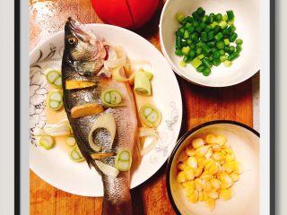 蒜苔玉米鱼香烩饭,鲈鱼处理好,蒜苔,玉米适量。番茄1个!