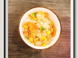 蒜苔玉米鱼香烩饭,最后和蒸好的米饭搅拌在一起即可!