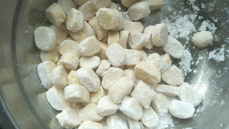 红豆芋圆,放入盘中洒上适量的木薯粉防粘。