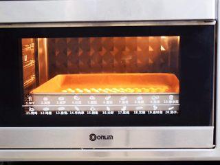 蛋黄溶豆,放入预热好的烤箱,上下火90度,中层25-30分钟,根据你挤的溶豆大小而定,如果烤好取不下来,就放回烤箱烤5-10分钟
