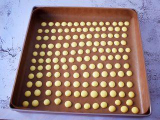 蛋黄溶豆,烤盘垫上耐高温油布或者油纸,再挤入烤盘中