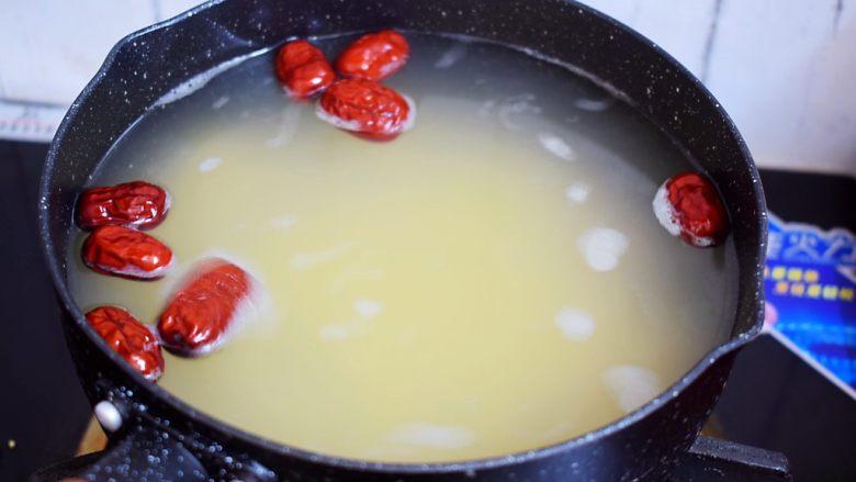 小米红薯粥,锅中烧开水,再放入小米和薏米、红枣