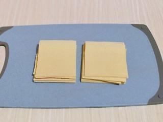 干豆腐皮~京酱肉丝,将干豆腐皮冲洗干净,切正方形放旁边备用。