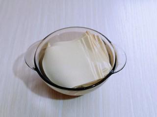 干豆腐皮~京酱肉丝,切好的干豆腐皮用开水烫2-3分钟,再捞出淋干水分。