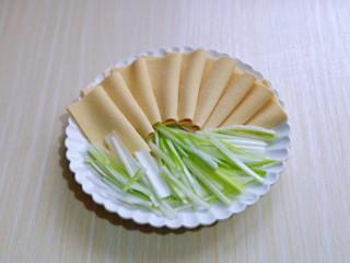 干豆腐皮~京酱肉丝,将切好的葱及干豆腐摆盘。