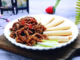 干豆腐皮~京酱肉丝,吃的时候用干豆腐卷京葱肉丝。好吃到停不下来!