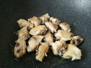 板栗烧鸡翅,热锅凉油放入鸡翅煎至焦黄