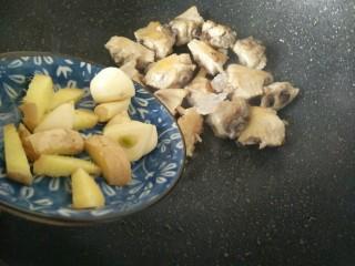 板栗烧鸡翅,之后加入姜蒜