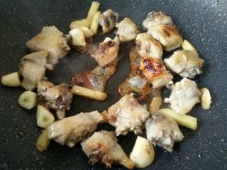 板栗烧鸡翅,炒至冰糖融化成焦糖色,翻炒均匀