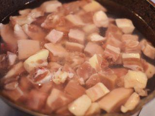 湘西土匪鸭,鸭肉洗净切块,冷水下锅,倒入少量料酒。