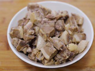 湘西土匪鸭,把鸭肉捞起来,冲洗干净,沥干备用。