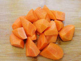 湘西土匪鸭,期间把胡萝卜切滚刀块。