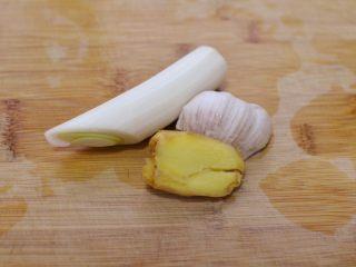 湘西土匪鸭,葱姜蒜洗净不用改刀。