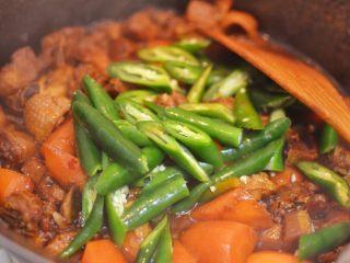 湘西土匪鸭,打开锅盖,调大火,放入线椒块。