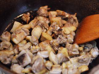 湘西土匪鸭,热锅凉油大火烧热,放入鸭块,炒至表面微焦黄。