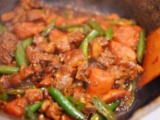 湘西土匪鸭,翻炒至线椒变软,汤汁收干到自己喜欢的程度。