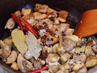 湘西土匪鸭,放入大料和冰糖,翻炒至冰糖融化。