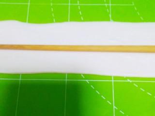 油泼面,醒好的小剂子,用擀面杖擀成面片,用筷子在中间压个印