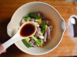 排骨烧山药 (电饭煲版),将切好的葱段、蒜、姜片放入排骨中,搅拌均匀,并加入两勺生抽。
