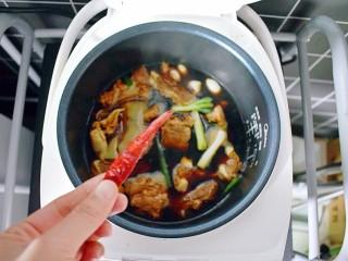排骨烧山药 (电饭煲版),根据个人口味放适量的干辣椒,不爱吃辣也可不放哦!