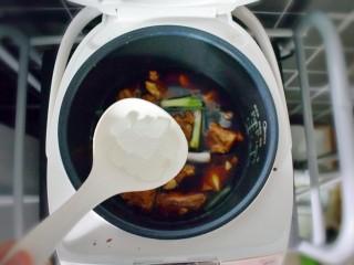 排骨烧山药 (电饭煲版),再加入适量的冰糖。按下煮饭键(我用的柴火饭模式),煮半个小时。