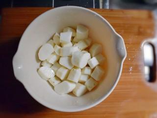 排骨烧山药 (电饭煲版),将山药去皮,并切成小块。