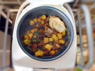 排骨烧山药 (电饭煲版),撒上葱花,此时可以尝一下,根据自己的口味加少许的盐,喜欢清淡口味的,也可以不加哦!