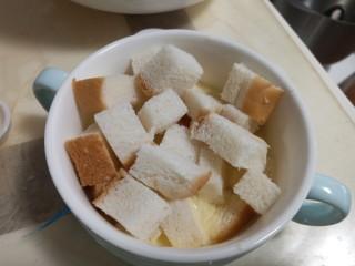 奶香布丁面包,放入吐司丁