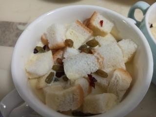 奶香布丁面包,撒上葡萄干蔓越莓