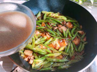 好吃的焖面,锅开后,盛出一小碗汤汁(锅中留一些底汤就可以了)
