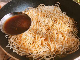 好吃的焖面,期间每隔几分钟就开盖,将事先盛出的汤汁淋在上一些。