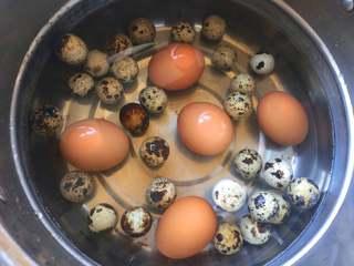 啤酒卤蛋,鸡蛋和鹌鹑蛋洗干净,放到锅里煮10分钟,关火